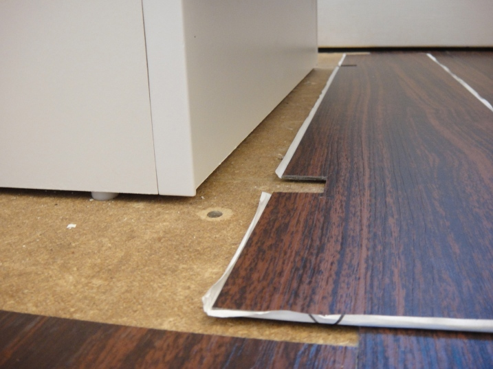 Cutting vinyl flooring